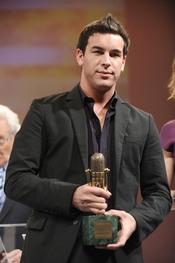 Mario Casas posa con su Micrófono de Oro 2011