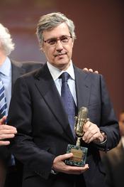 Ernesto Saez de Buruaga posa con su Micrófono de Oro 2011