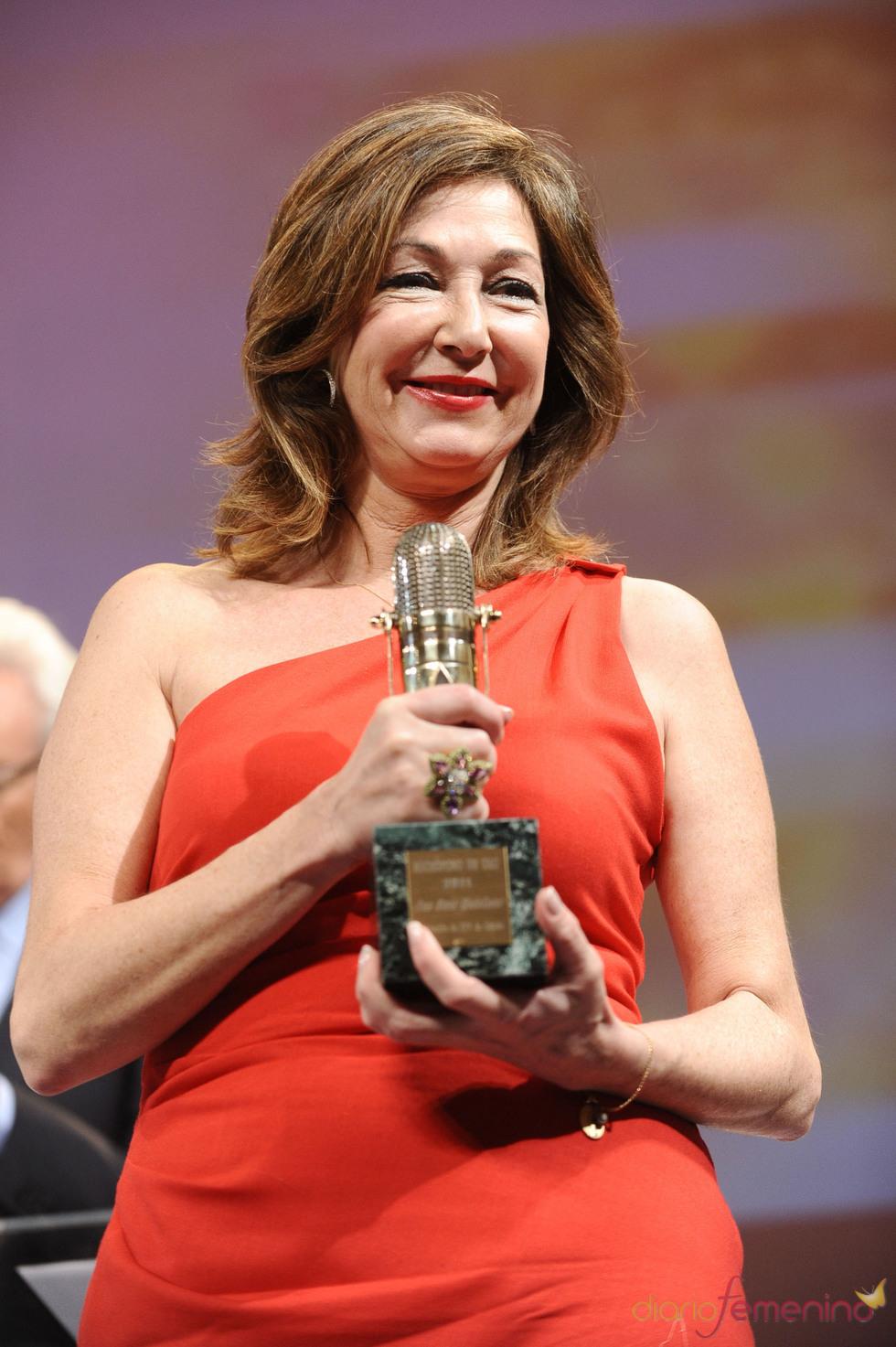 Ana Rosa Quintana posa con su Micrófono de Oro 2011