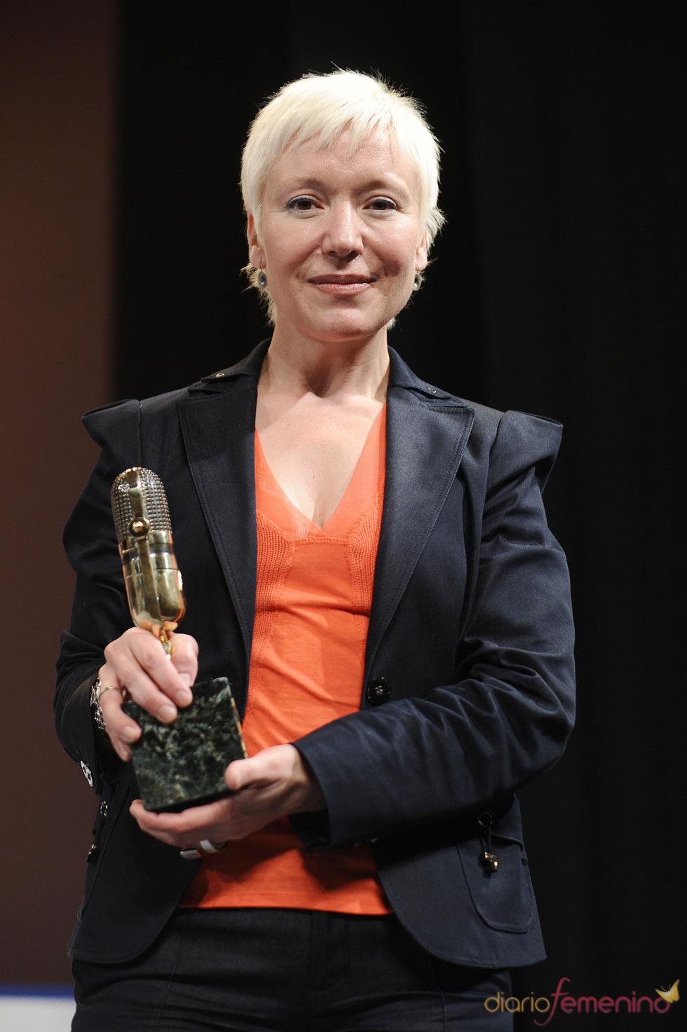 Rosa María Molló posa con su Micrófono de Oro 2011