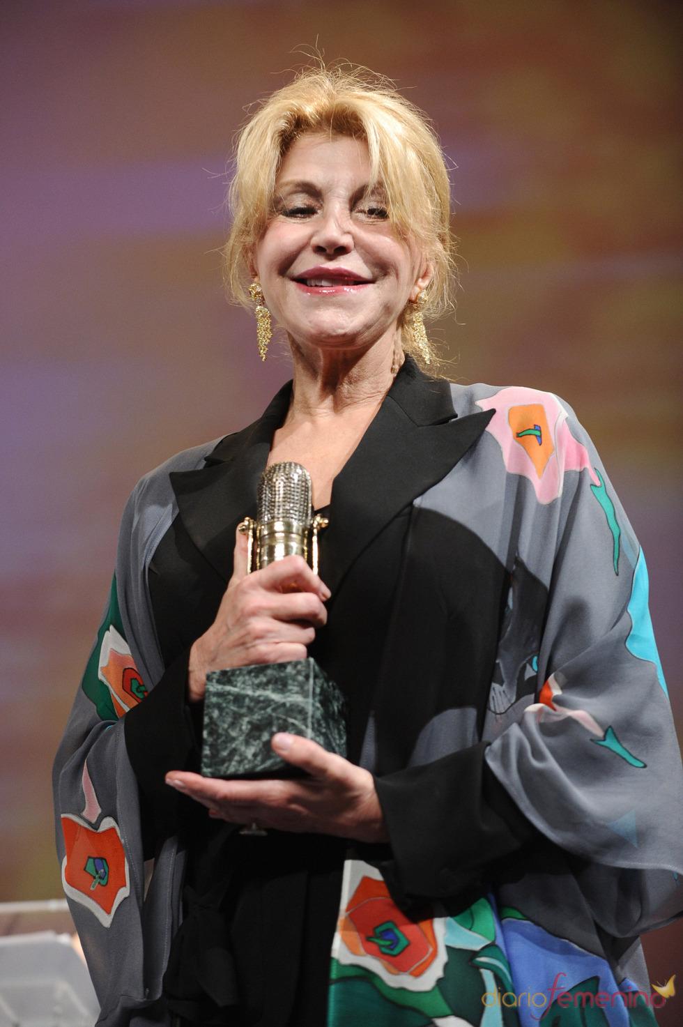 Tita Cervera posa con su Micrófono de Oro 2011