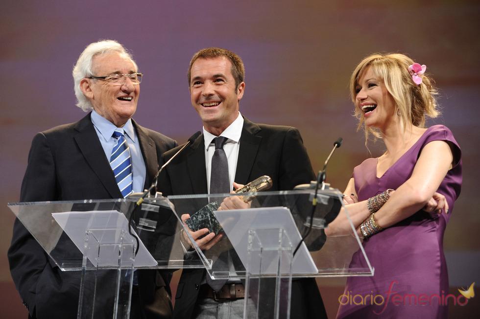 Entregan su Micrófono de Oro 2011 a Manu Carreño