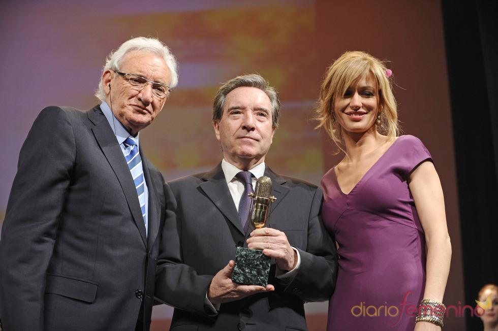 Iñaki Gabilondo posa con su Micrófono de Oro 2011