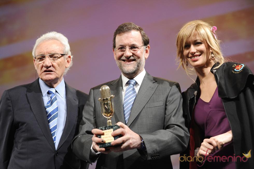 Mariano Rajoy posa con su Micrófono de Oro 2011
