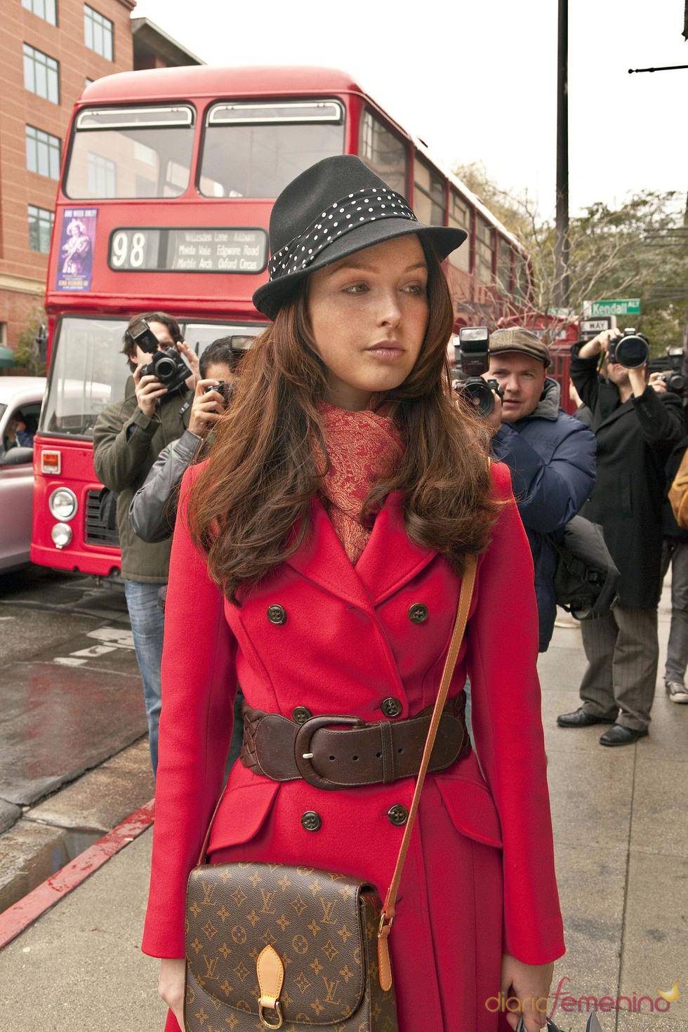 Camilla Luddignton, que interpretará a Kate Middleton en Will & Kate, camina por Londres