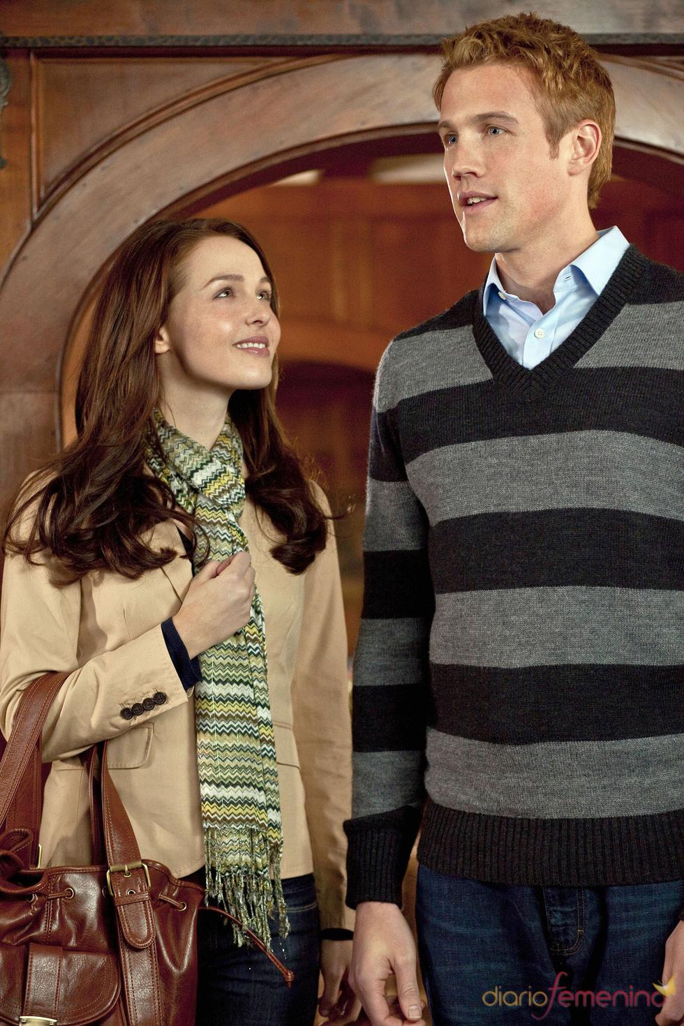 Camilla Luddignton mira a Nico Evers-Swindell , en una escena del biopic Will & Kate
