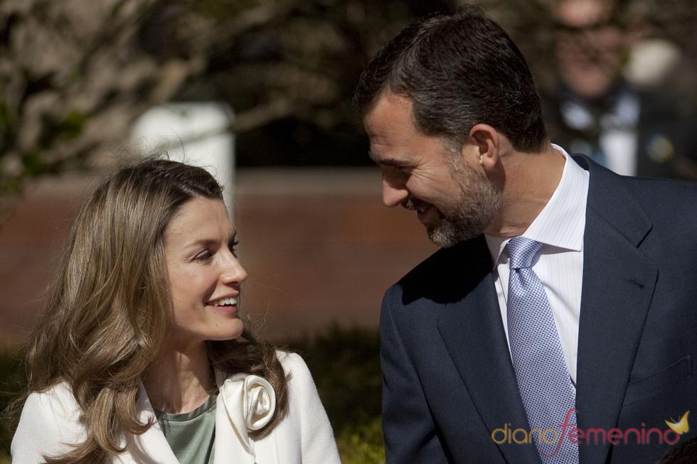 Los Príncipes de Asturias charlan durante su visita a Israel
