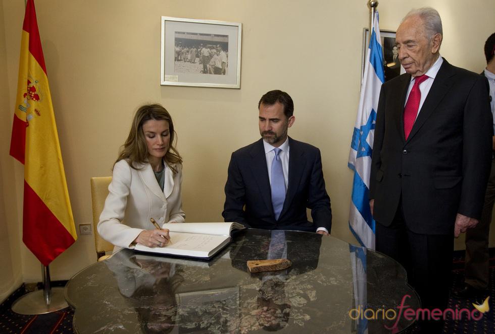 Los Príncipes de Asturias firman en el libro de visitas de Israel