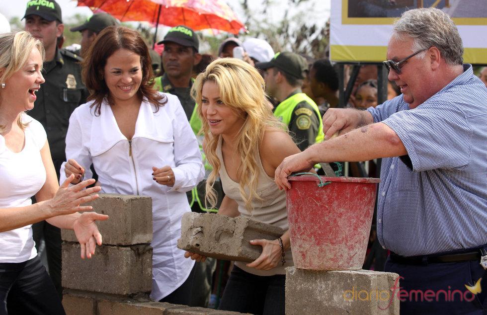 Shakira coloca la primera piedra de un colegio para niños pobres