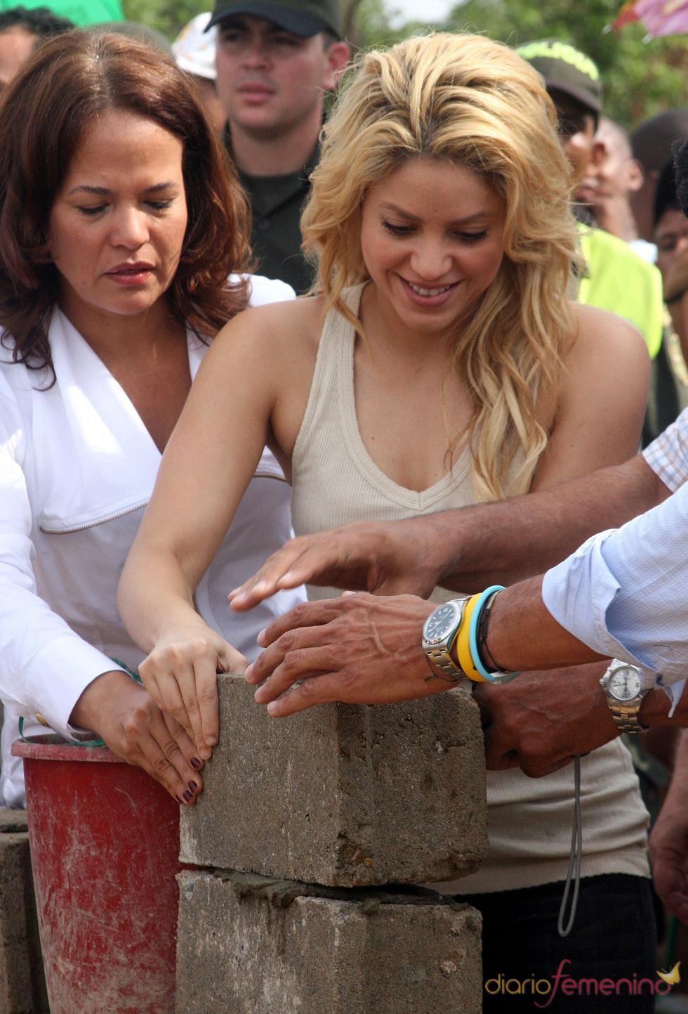 Shakira pone la primera piedra de un colegio para niños pobres