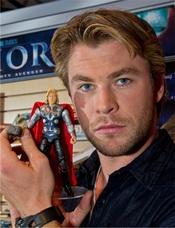 Chris Hemsworth se convierte en el muñeco Thor