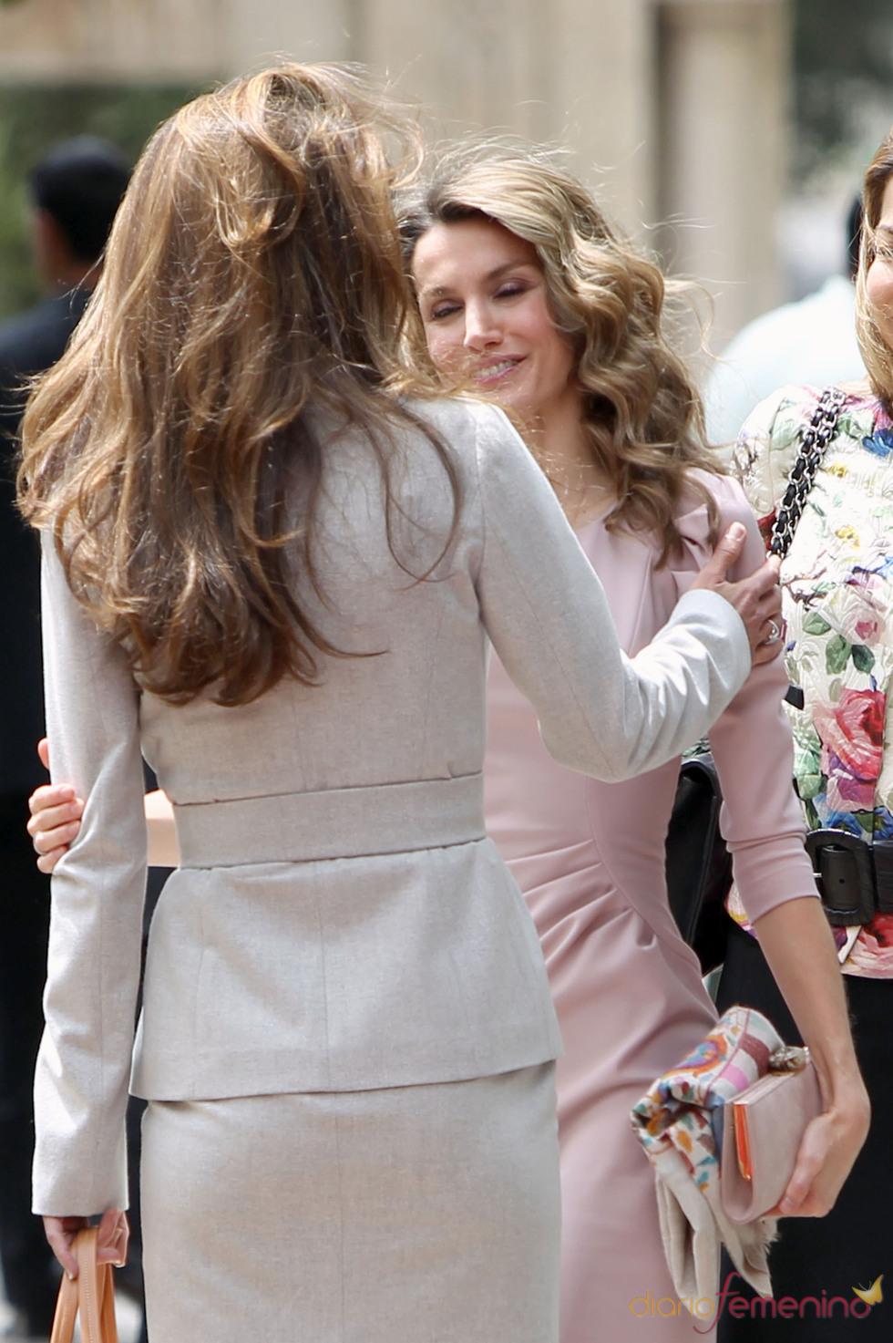 Cariñoso saludo entre la Reina Rania de Jordania y la Princesa Letizia en Jordania