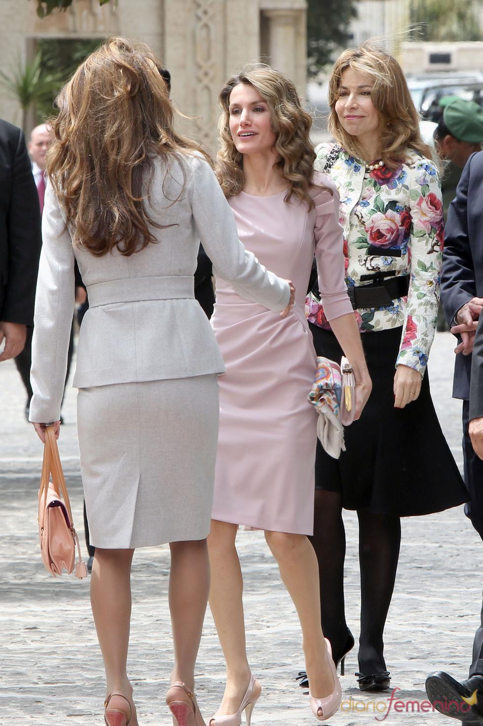 Rania de Jordania saluda a la Princesa Letizia
