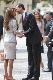 El Príncipe Felipe saluda a Rania de Jordania