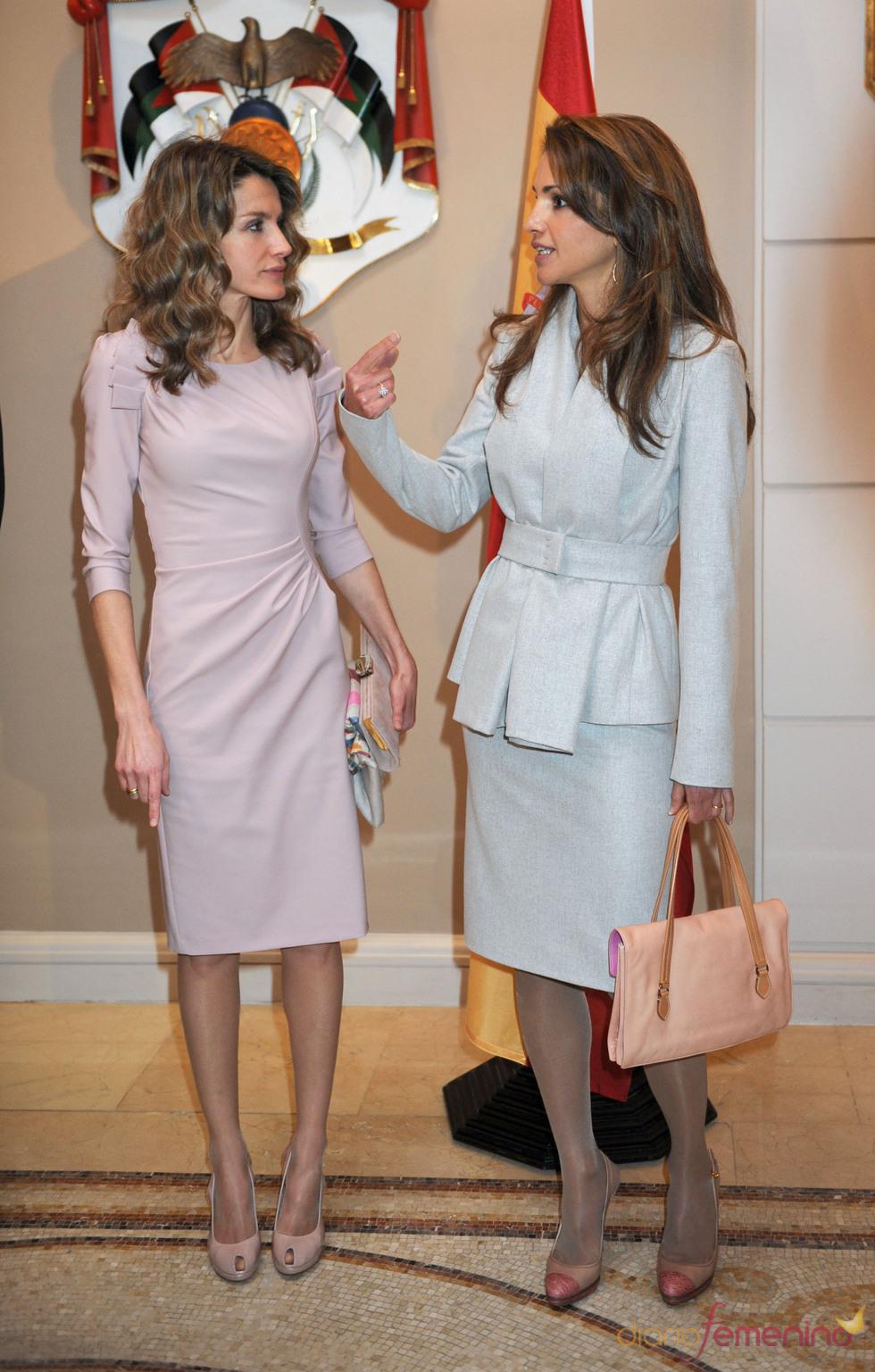 Rania de Jordania y la Princesa Letizia charlan animadamente