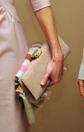 El bolso de la Princesa Letizia durante su visita a Jordania