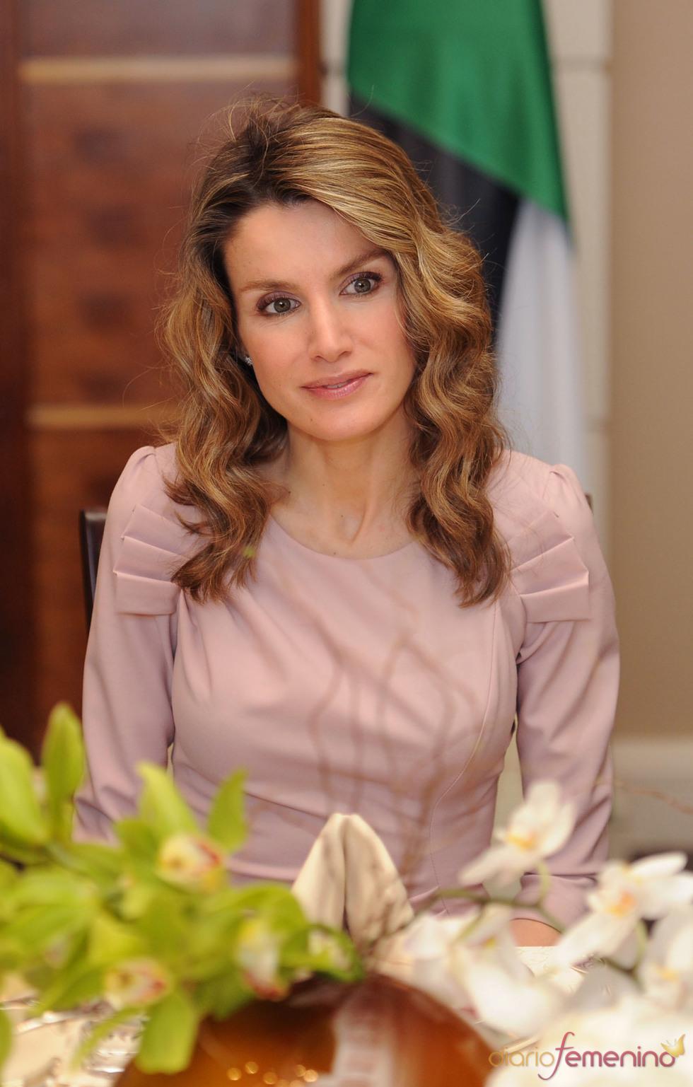 La Princesa Letizia, con el pelo ondulado en el almuerzo con los Reyes de Jordania