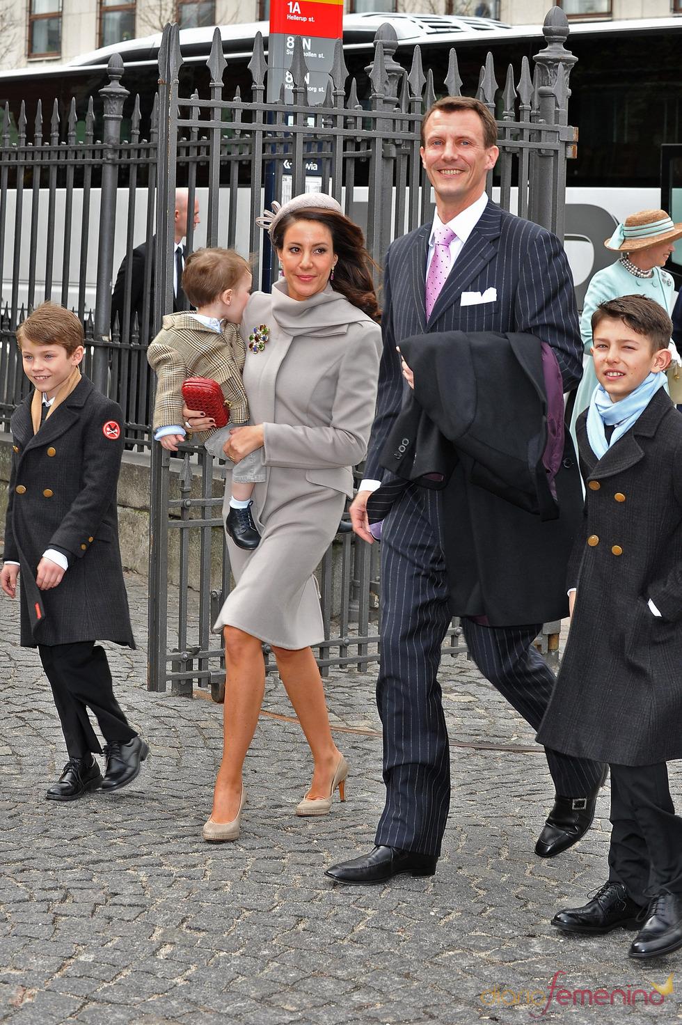 La Princesa Marie y el Príncipe Joaquín de Dinamarca en el bautizo de los mellizos