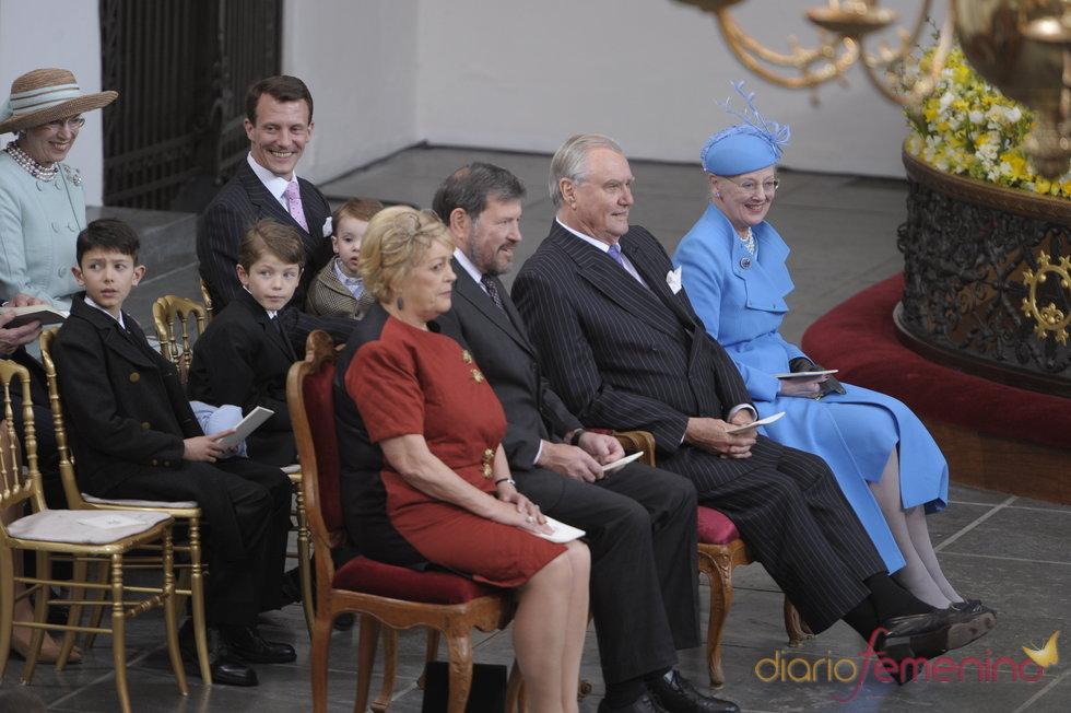 La reina Margarita II de Dinamarca y el Príncipe Enrique en el bautizo de los mellizos