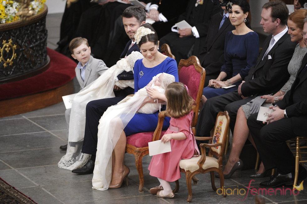 Los príncipes Federico y Mary de Dinamarca junto a todos sus hijos en el bautizo