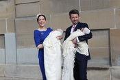 Los príncipes Federico y Mary de Dinamarca posan con sus mellizos