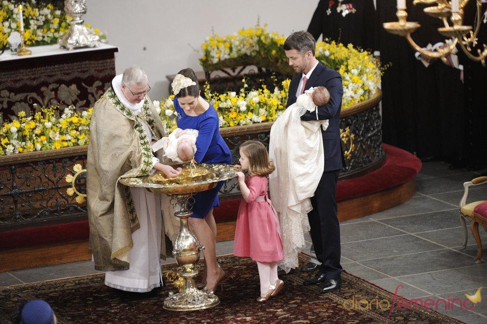 Los príncipes Federico y Mary de Dinamarca en el acto del bautizo de sus mellizos