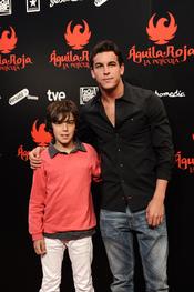 Mario Casas con su hermano Óscar en la premiere de 'Águila Roja'
