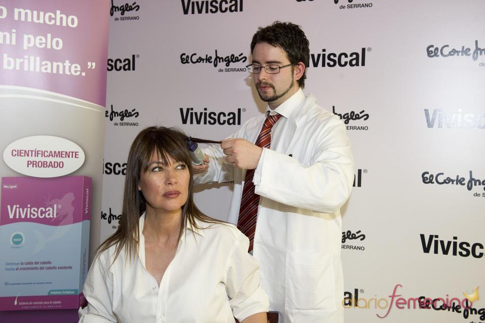 Mabel Lozano, imagen de marca de Viviscal, se hace un test del cabello