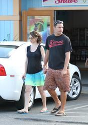 Evangeline Lilly y su novio pasean por las calles de Hawái