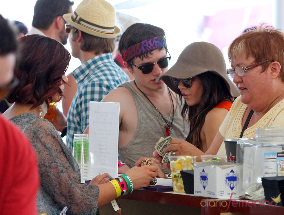 Vanessa Hudgens y Josh Hutcherson felices en el Festival de Coachella 2011