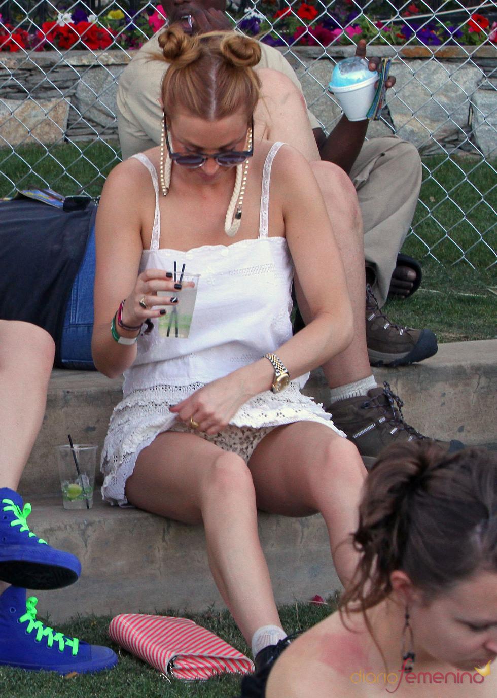 Whitney Port nos enseña las bragas durante el Festival de Coachella 2011