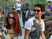 Ashley Green en compañía de un moreno en el Festival Coachella 2011