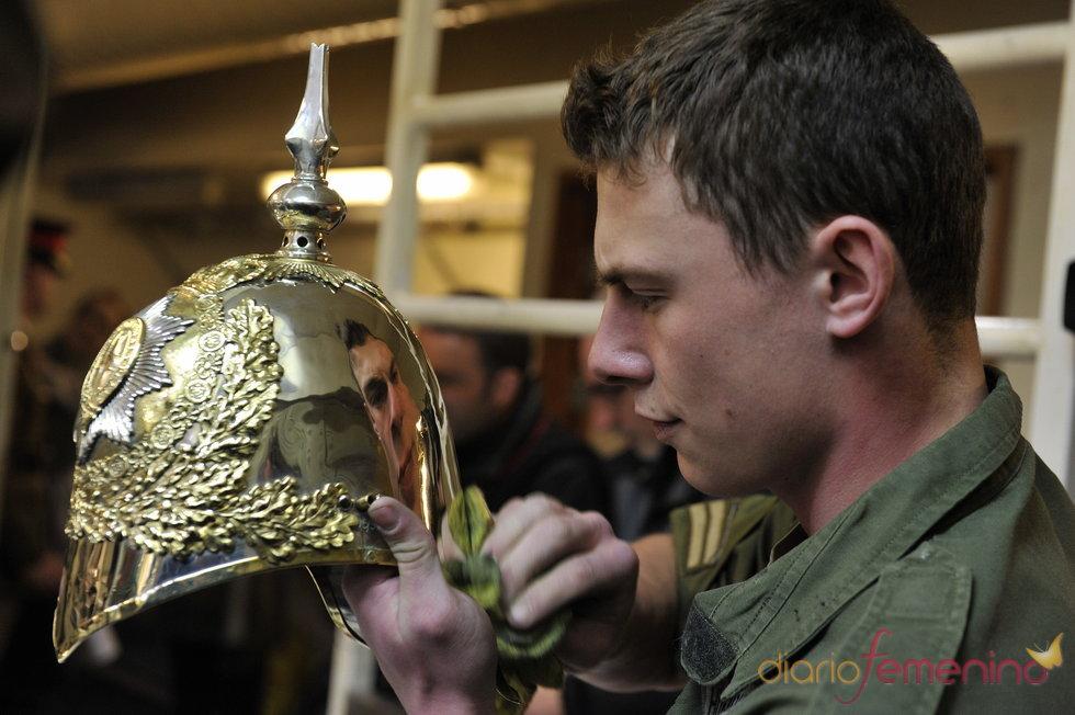 Abrillantando los cascos para los soldados del desfile de bodas del príncipe Guillermo y Kate Middleton