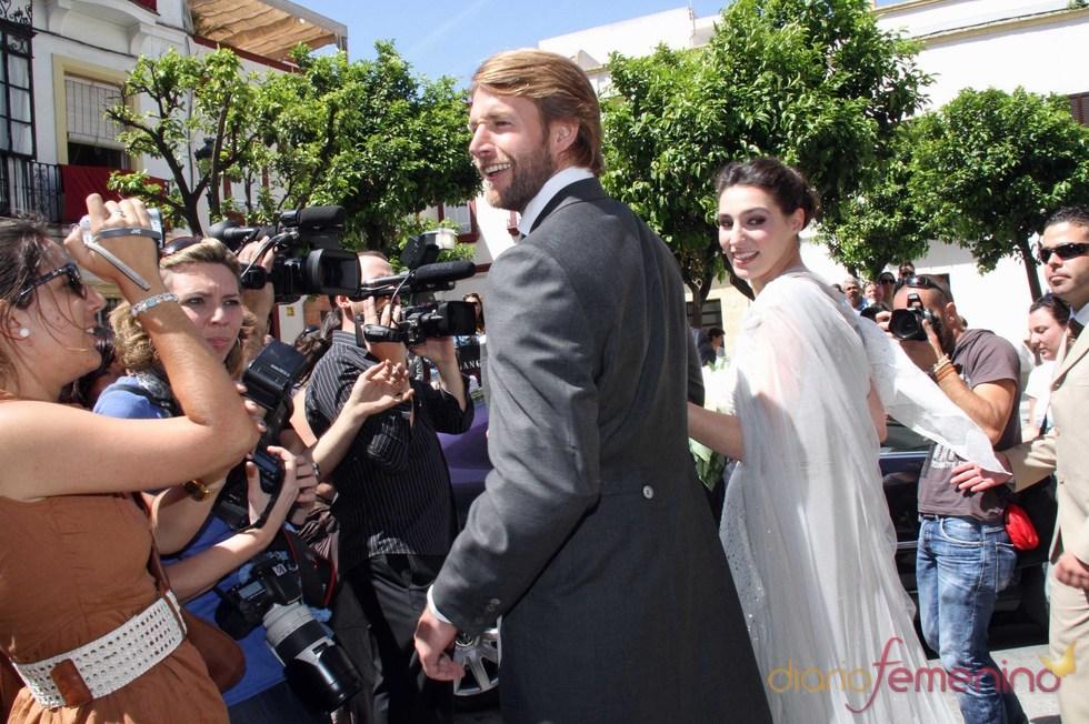 La hija de Bertín Osborne y su marido atienden a los medios en el día de su boda