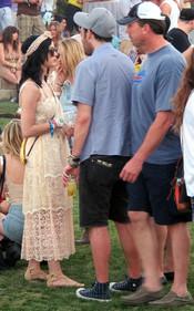 Katy Perry se deja ver por el Festival de Coachella 2011