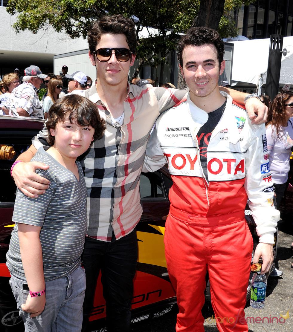 Kevin y Nick Jonas con su hermano Frankie en la Carrera de Los Ángeles