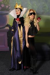 Lady Gaga con la madrastra de Blancanieves