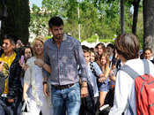 Shakira y Gerard Piqué junto a niños que salen del colegio