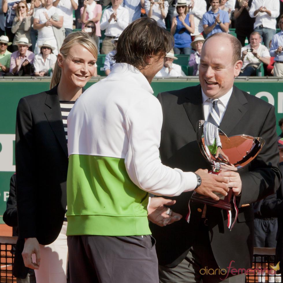 Alberto de Mónaco y Charlene Wittstock entregan a Rafa Nadal el premio de Montecarlo