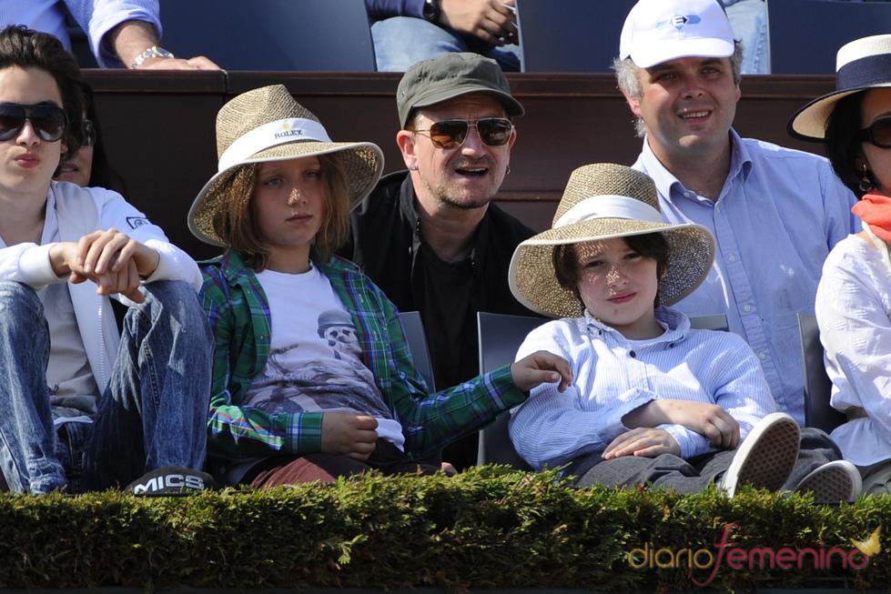 Bono, cantante de U2, y su familia, en la final del Masters de Montecarlo