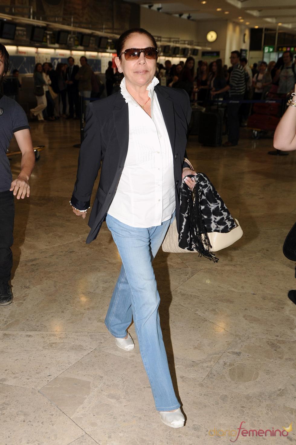 Isabel Pantoja en el aeropuerto de Barajas