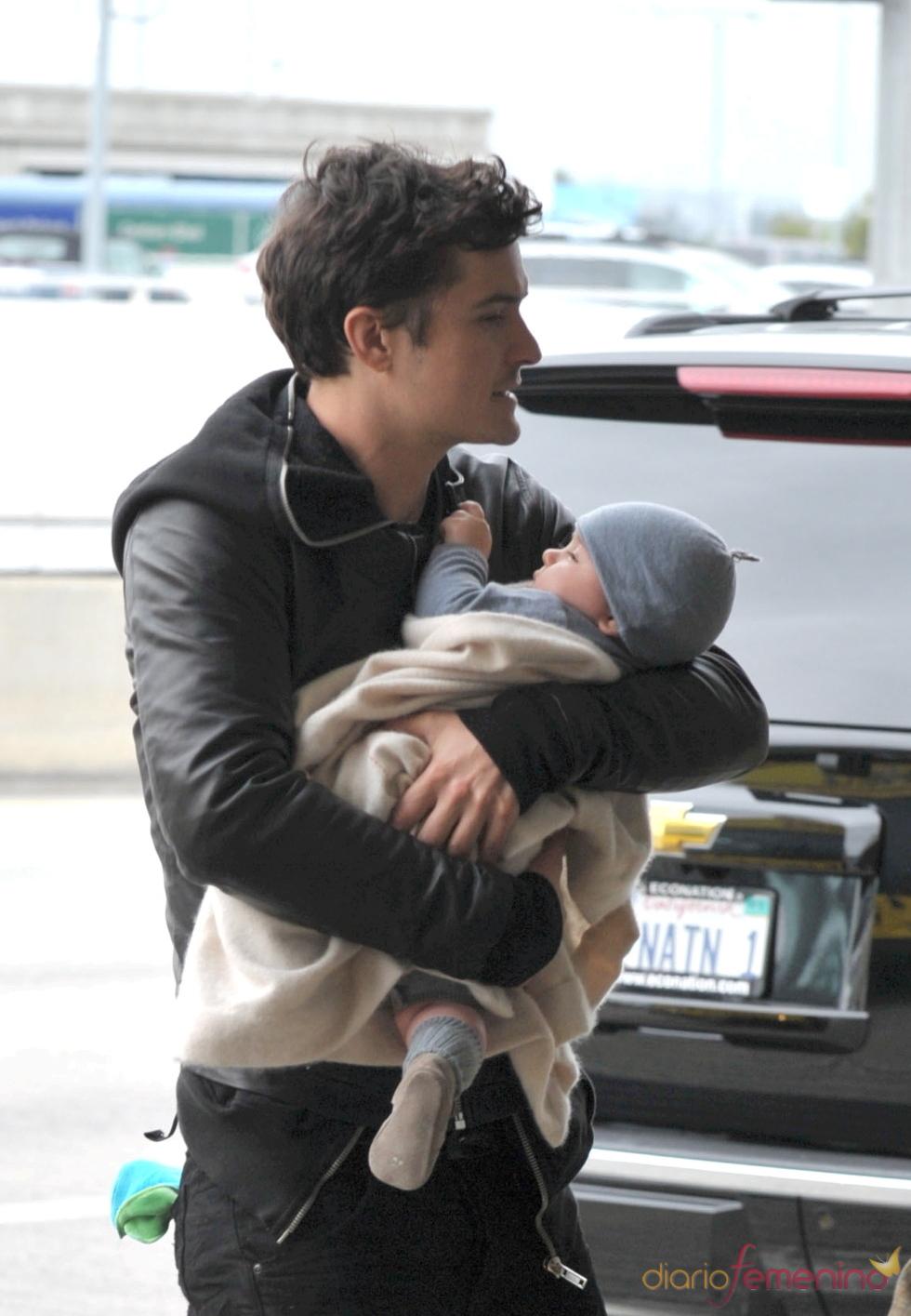 Orlando Bloom y su hijo Flynn en el aeropuerto