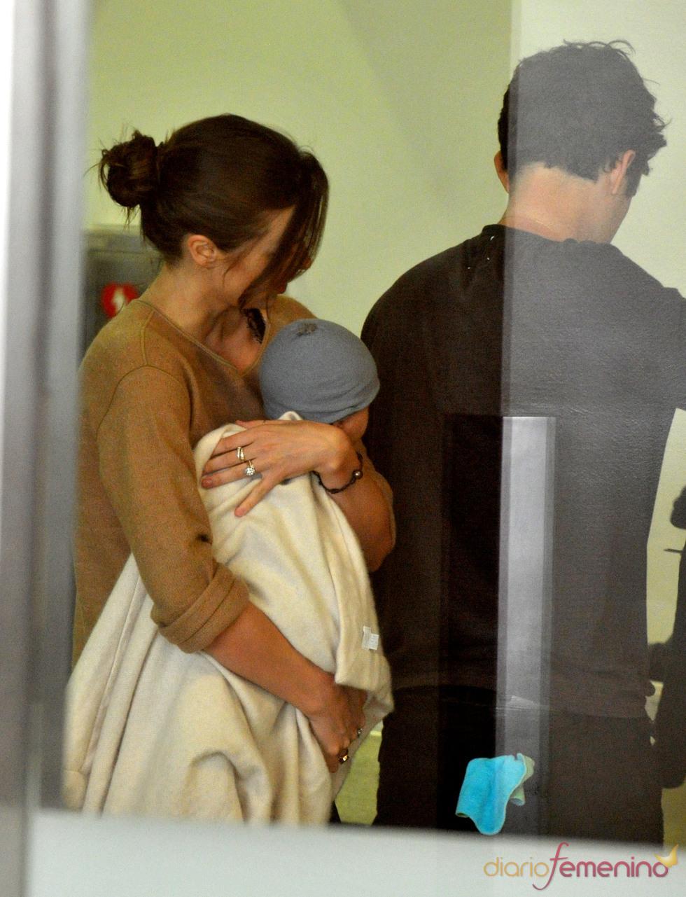 Orlando Bloom y Miranda Kerr en el aeropuerto con Flynn