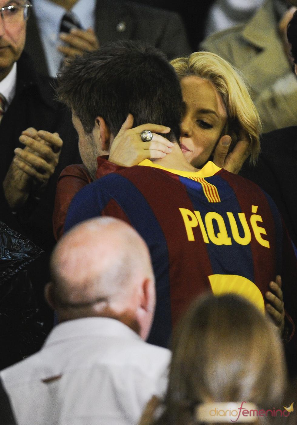 Shakira consuela a Piqué tras perder ante el Real Madrid