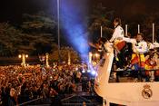 El Real Madrid viaja victorioso en autobús hasta la Cibeles