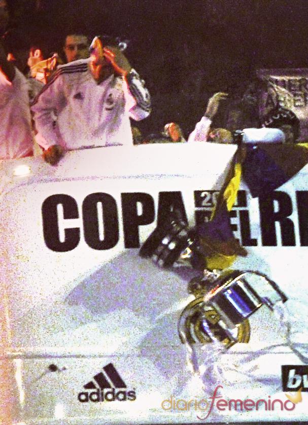Momento en el que Sergio Ramos tira la Copa del Rey al suelo