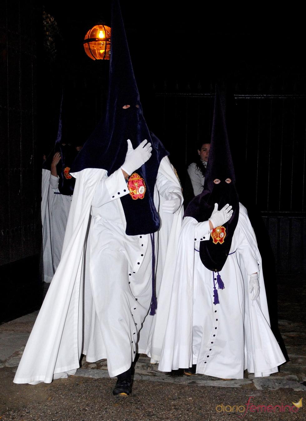 Cayetano Martínez de Irujo y su hijo vestidos de 'Nazarenos'