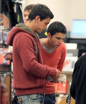 Mario Casas pasa la Semana Santa en Nueva York junto a su familia