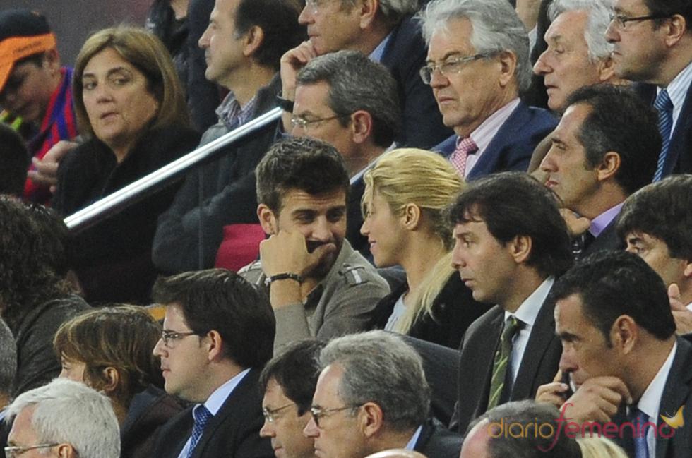 Shakira y Gerard Piqué ven el partido del Barça en el palco