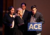 Mario Casas recoge su premio Latin ACE 2011